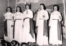 Linsells Lucia 1957 heter Ingegerd Sjöström. Tärnorna från vänster: Ing-Mari Bent, Ingrid Thunell, Eivor Jonsson och Gunhild Thunell.