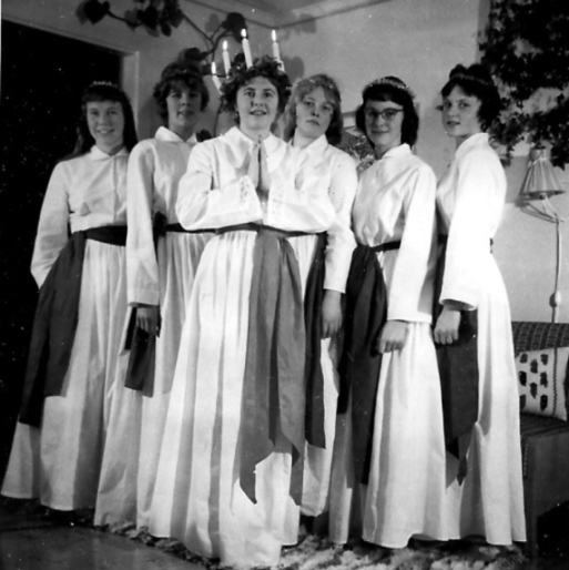 Lucia 1959: Ing Mari Bent. Tärnor från vänster: Annalisa Adeborg, Harriet Hammarström, Riita Kakko, Ragnhild Thunell, Margareta Thunell.